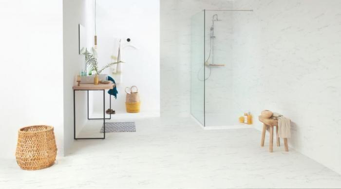 Виниловый ламинат в ванной на стене
